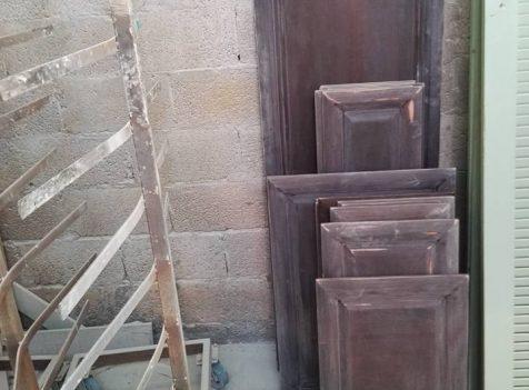 חידוש דלתות עץ חום למטבח